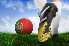 Ботинок футбола пиная шарик Португалии Стоковое Изображение RF