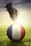 Ботинок футбола с шариком на зеленой траве Стоковая Фотография