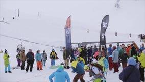 Ботинок хода Snowboarder в расстояние на снежном следе, но ударил на голове девушки небо гор dombaj caucasus belalakaya серое кон видеоматериал