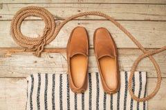 Ботинок Loafer людей на старой древесине Стоковые Фотографии RF