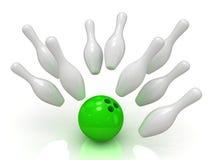 боулинг шарика разбивая skittles Стоковая Фотография