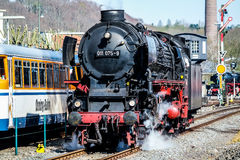 Бохум, Германия - 18-ое апреля 2015: Поезд пара проходя станцию в Dahlhausen Стоковое Фото
