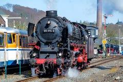 Бохум, Германия - 18-ое апреля 2015: Поезд пара проходя станцию в Dahlhausen Стоковые Изображения