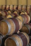 Бочки вина в погребе Стоковая Фотография