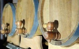 3 бочонка дуба деревянных с фокусом на кранах Стоковая Фотография