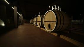Бочонки, бочонок вина, постаретое вино сток-видео