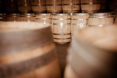 Бочонки вина штабелированные в погребе, винограднике Бордо Стоковое Фото