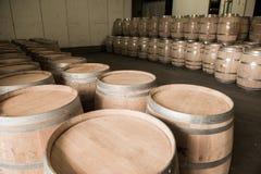 Бочонки вина штабелированные в погребе, винограднике Бордо Стоковое Изображение RF