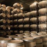 Бочонки вина штабелированные в погребе, винограднике Бордо Стоковое Изображение