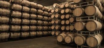 Бочонки вина штабелированные в погребе, винограднике Бордо Стоковые Изображения