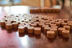 Бочонки игры Lotto на деревянном составе доски Стоковые Изображения RF