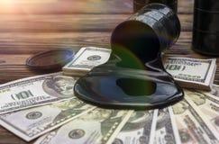 Бочонки масла и политая валюта доллара денег стоковые изображения