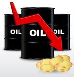 Бочонки масла и стог золотой монетки, концепции падений цен Стоковые Фотографии RF