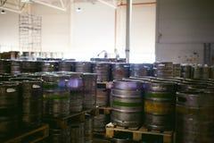 Бочонки пива много metal стойка бочонка пива в строках в складе Стоковые Фотографии RF