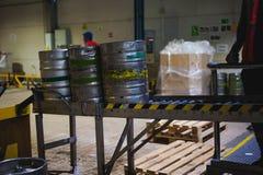 Бочонки пива много metal стойка бочонка пива в строках в складе Стоковая Фотография RF