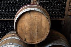 Бочонки дуба с бутылками вина Стоковое Фото