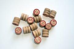 Бочонок бочонка lotto Bingo деревянный на белой предпосылке Стоковое Фото