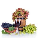 Бочонок, бутылки, виноградины и стекло вина на задней части белизны Стоковая Фотография RF