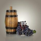 Бочонок, бутылки и бокал вина и зрелые виноградины Стоковое Фото