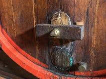 Бочонок вина штабелированный в старом погребе конца винодельни вверх Стоковые Изображения