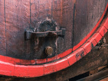 Бочонок вина штабелированный в старом погребе конца винодельни вверх Стоковое Изображение RF