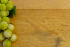 бочонок дуба предпосылки старый с виноградинами стоковая фотография rf