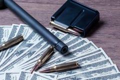 Бочонок, журнал и патроны винтовки на долларах Концепция для преступления, заказного убийства, оплаченного убийцы, терроризм, вой стоковые изображения rf