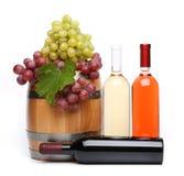 Бочонок и бутылки вина и зрелых виноградин Стоковые Фото