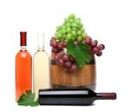 Бочонок и бутылки вина с зрелыми виноградинами Стоковое Изображение RF