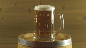Бочонок и стекло пива Oktoberfest на деревянном столе сток-видео