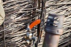 Бочонок миномета с видимостями и riffle штурма в канаве стоковое фото