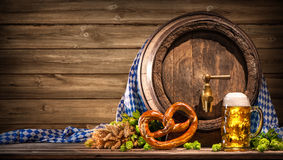 Бочонок пива Oktoberfest и стекло пива стоковые фото