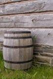 Бочонок против деревянной стены Стоковое Изображение