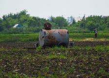 Бочонок с удобрениями в поле Стоковое Фото