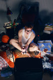 Болван Gamer играя видеоигры на телевидении Стоковые Фотографии RF