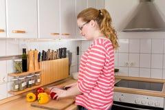 Болгарские перцы вырезывания молодой женщины Стоковые Фото