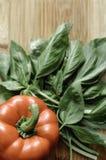 Болгарский перец и свежий базилик на разделочной доске Стоковые Изображения RF
