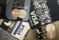 Более близкая поднимающая вверх кредитная карточка Стоковая Фотография RF