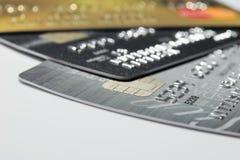 Более близкая поднимающая вверх кредитная карточка Стоковые Изображения