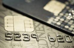 Более близкая поднимающая вверх кредитная карточка Стоковые Фотографии RF
