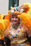 Более старая женщина в желтых пер маршируя в парад масленицы, Перу Стоковые Фотографии RF