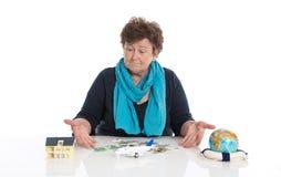 Более старая женщина пенсионера изолированная над белый мечтать путешествовать стоковое изображение