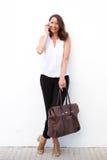 Более старая женщина с сумкой говоря на мобильном телефоне Стоковое фото RF