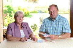 Более старые пары высчитывая ее бюджет Стоковое фото RF