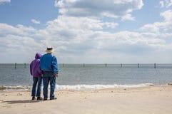 Более старые пары на пляже Стоковое Изображение