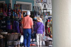 Более старые пары просматривая на открытом рынке Стоковые Фотографии RF