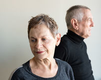 Более старые пары смотря далеко от одина другого Стоковое Изображение