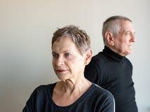 Более старые пары смотря на далеко от одина другого Стоковые Фото