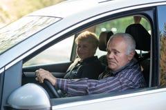 Более старый водитель используя smartphone Стоковая Фотография
