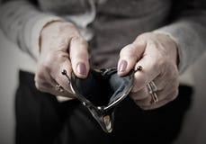 Более старый человек держа бумажник денег открытый Стоковое фото RF